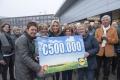 klanten-lidl-doneren-500000-euro-aan-de-voedselbanken-natasja-froger-nam-vandaag-namens-de-voedselbanken-de-enorme-cheque-in-huizen-in-ontvangst