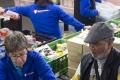 Nederland Rotterdam 14 december 2015 De jaarlijkse kerstpakketten-inpak-actie bij Unilever Benelux in Rotterdam. Met dit initiatief – dit jaar alweer voor de vijfde keer – maken medewerkers van Unilever Benelux zo'n 8000 kerstpakketten om Rotterdamse gezinnen die gebruik maken van de Voedselbank met kerst een extraatje te kunnen bieden. foto:ARIE KIEVIT